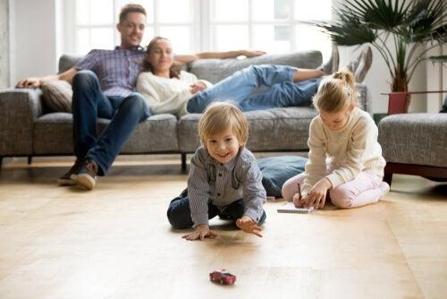 Niños jugando en el salón