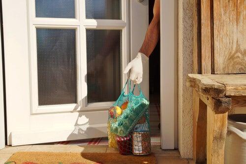Persona recogiendo la compra durante el confinamiento