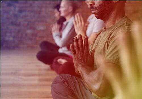 Personas meditando