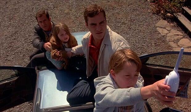 Adultos y niños sobre un coche
