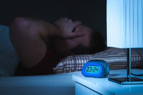 Hombre despertando de un sueño