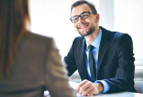 Hombre entrevistando a su empleador