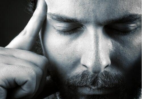 Hombre con los ojos cerrados aplicando la técnica de visualización