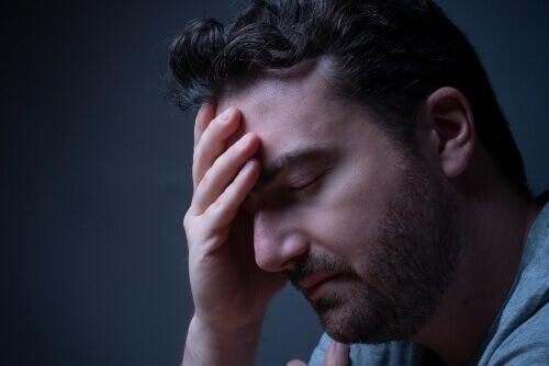 Hombre preocupado debido a los Sentimientos de culpa