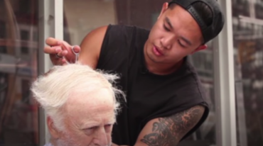 Mark Bustos, el peluquero de las celebridades al servicio de los pobres
