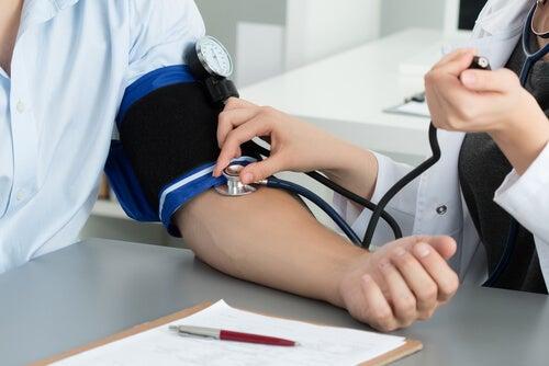Médico midiendo la tensión arterial