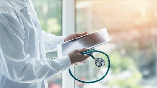 Médico con tablet
