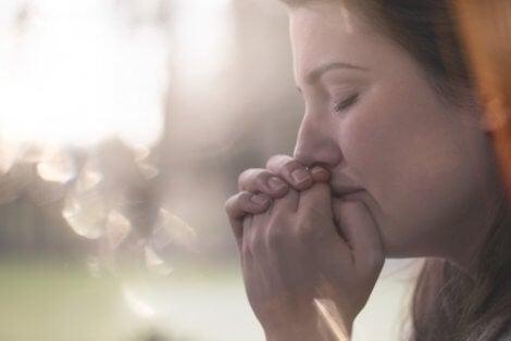 La relación entre los pensamientos intrusivos y la depresión