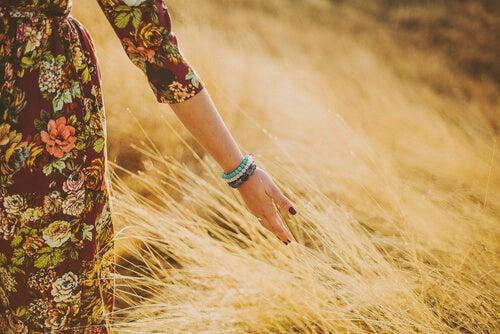Mujer caminando por el campo