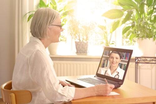 Mujer hablando con su médico por videollamada
