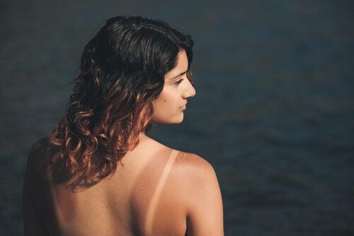Mujer con la piel morena