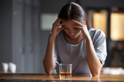 Mujer con adicción al alcohol