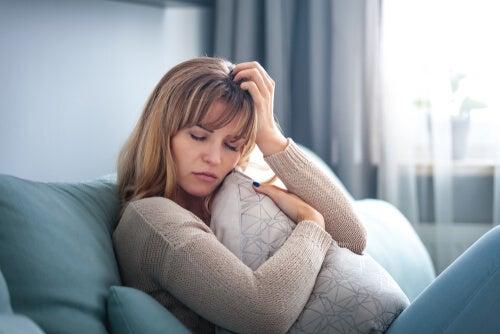 Mujer en el sofá preocupada