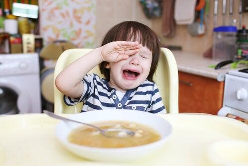 Niño llorando porque no quiere comida