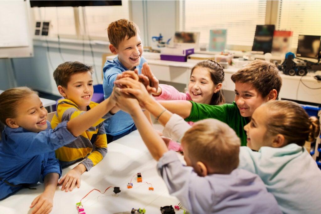 Niños trabajando en grupo