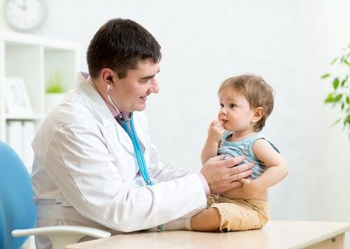 Pediatra con un niño