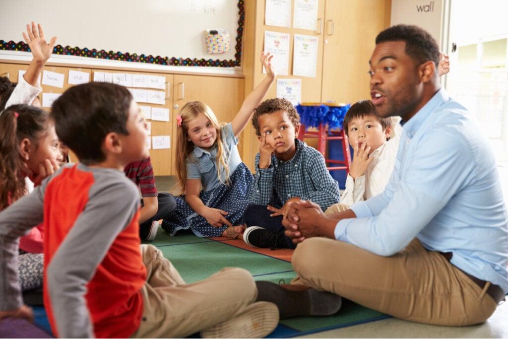 Profesor hablando con sus alumnos