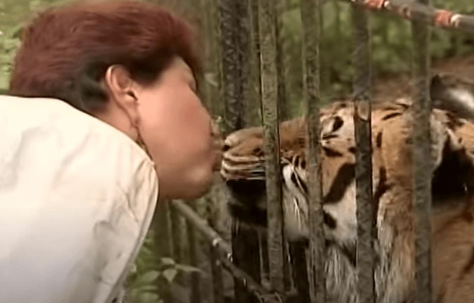 Ana Julia Torres besando a un tigre