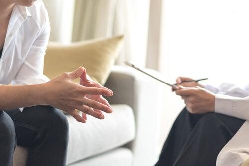 Dos psicólogos hablando de las sesiones