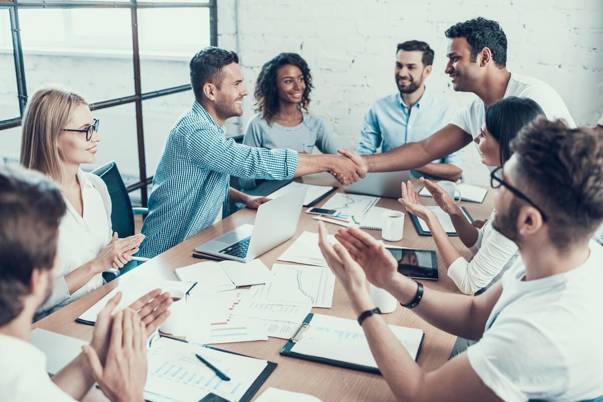 Equipo de trabajo reunido desactivando el pensamiento de grupo