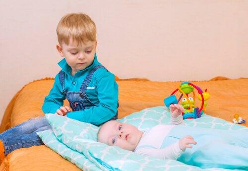 ¿Cómo actuar cuando un niño golpea a su hermano?