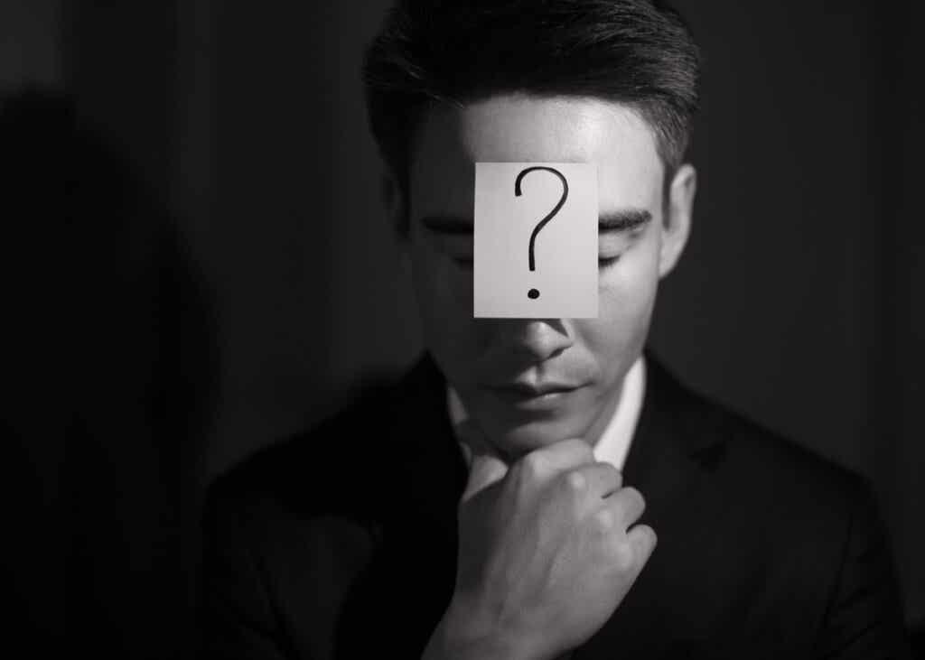 Hombre con un papel en la frente con una interrogación