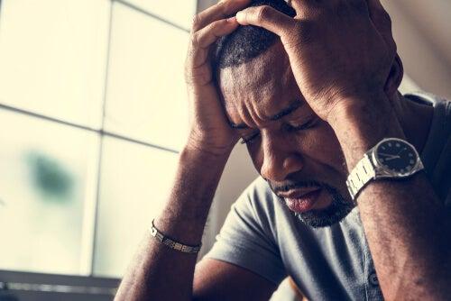 Hombre preocupado por sus pensamientos