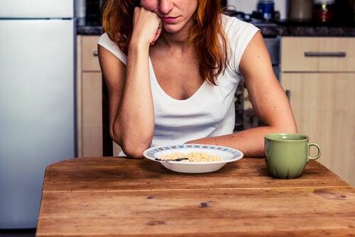 Mujer aburrida comiendo