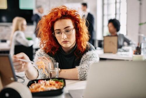 Comer por aburrimiento, ¿por qué te ocurre?