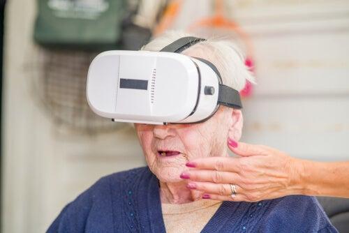 Mujer con gafas de realidad virtual
