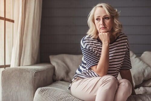 Mujer mayor preocupada