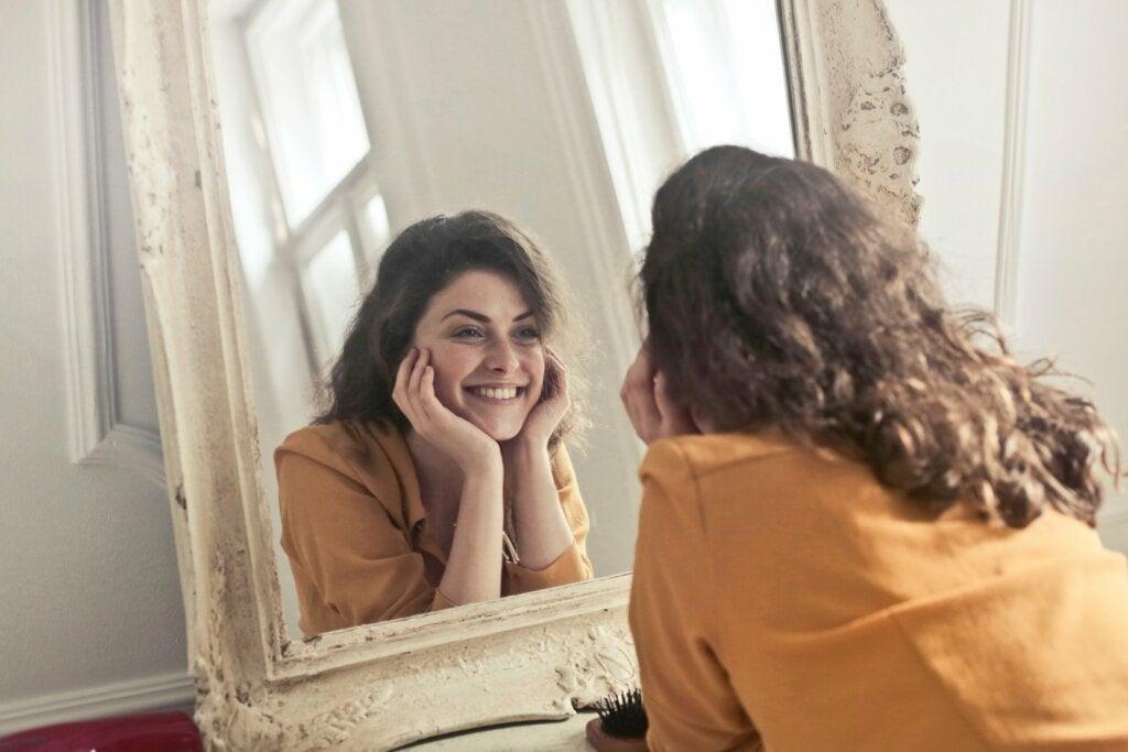 Mujer mirándose en el espejo mientras piensa en la conciencia corporal