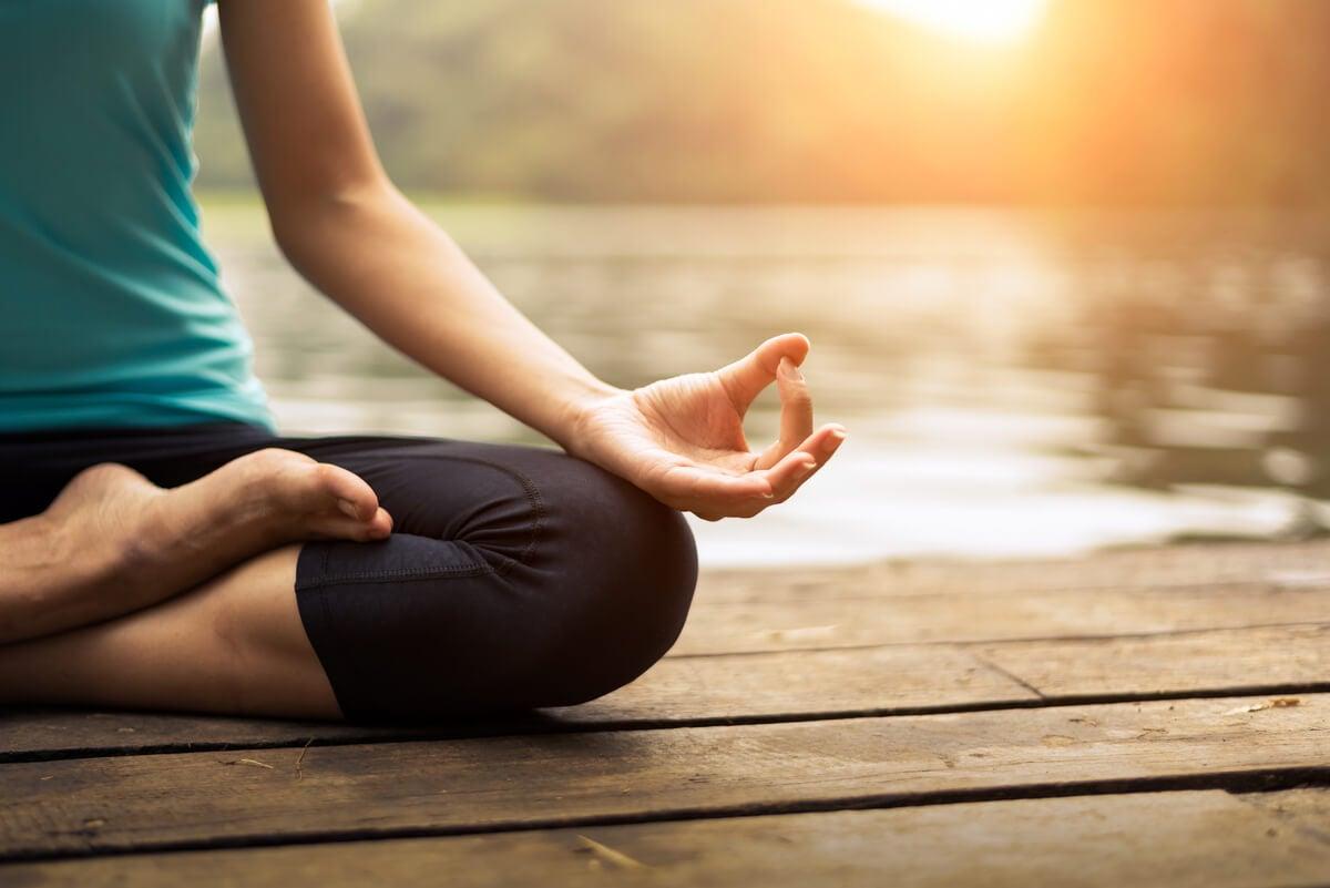 Mujer haciendo meditación para confiar en su intuición