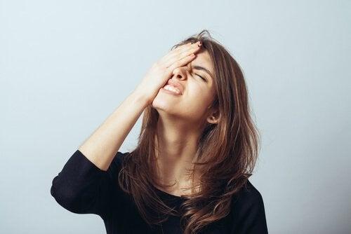 Mujer preocupada por olvido