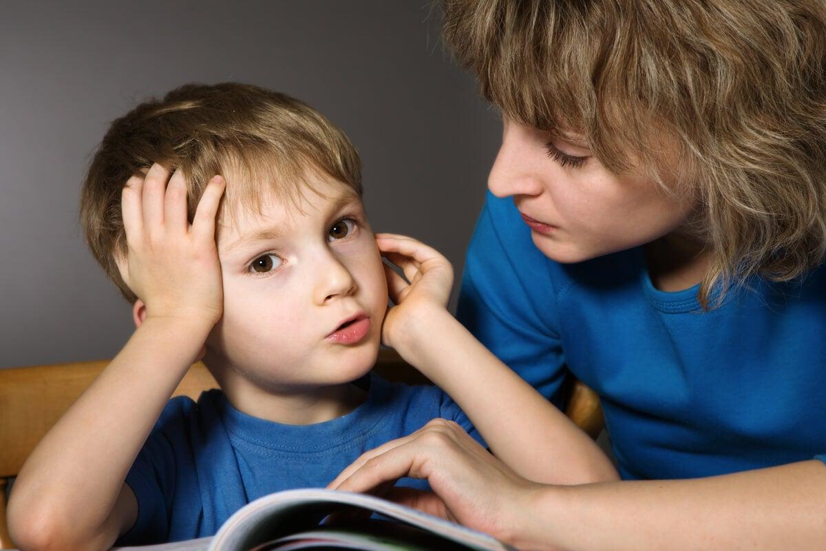 Niño hablando con su madre