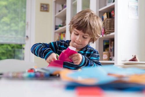 Niño con juguetes