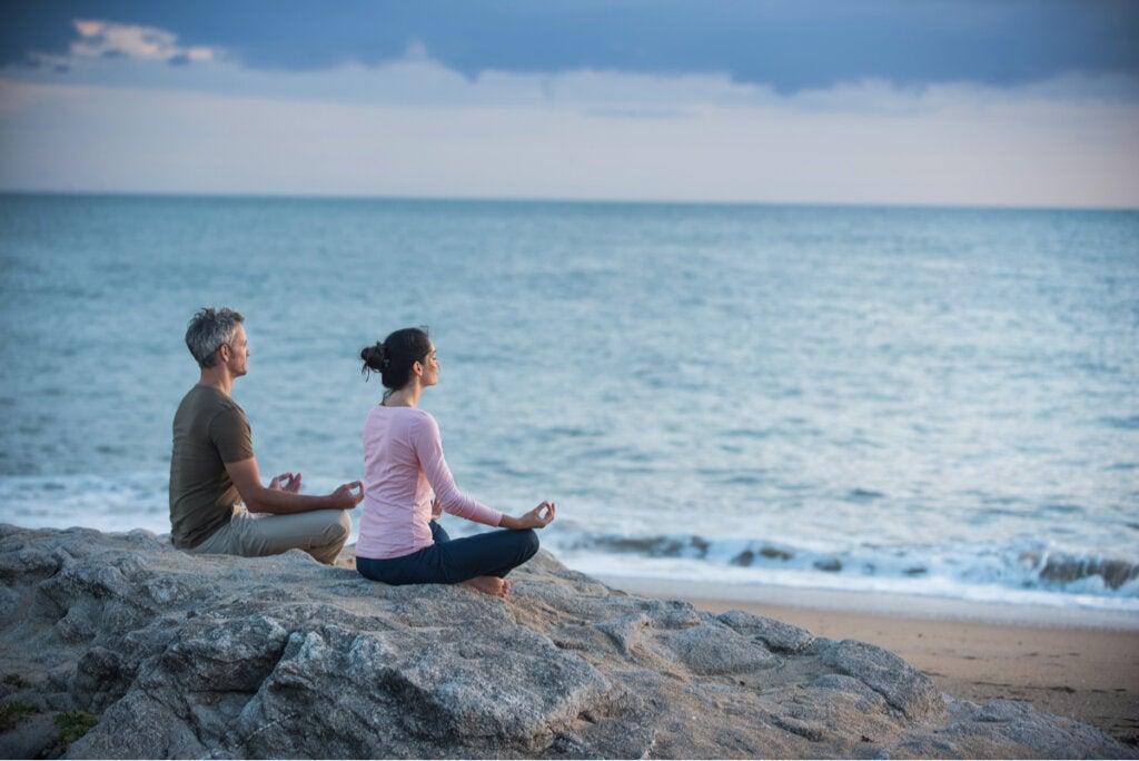 Pareja felices de aprender a meditar