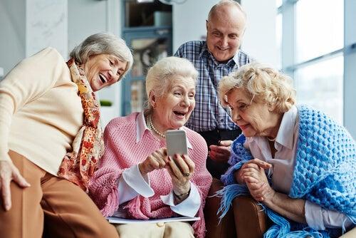 Personas mayores pasándolo bien juntas