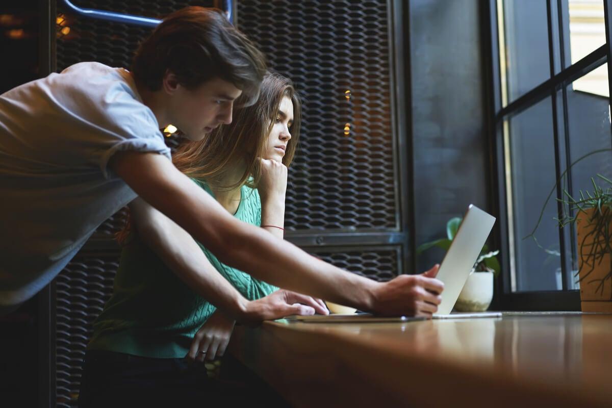 Adolescentes representando cómo evitar el cibercontrol