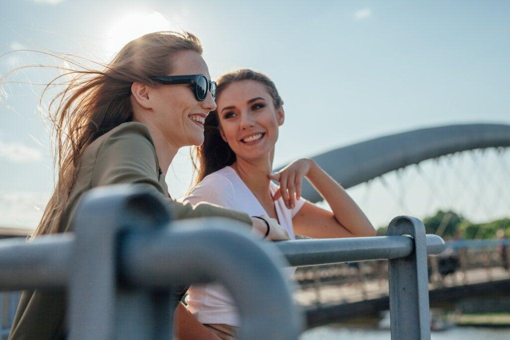 Amigas hablando en un puente