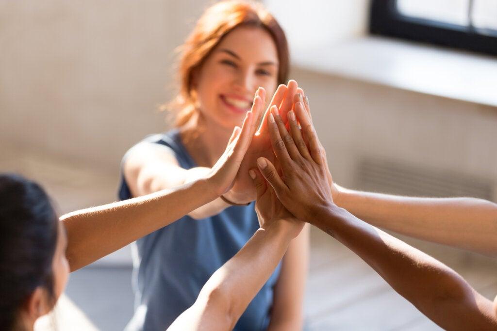 Amigos juntando manos