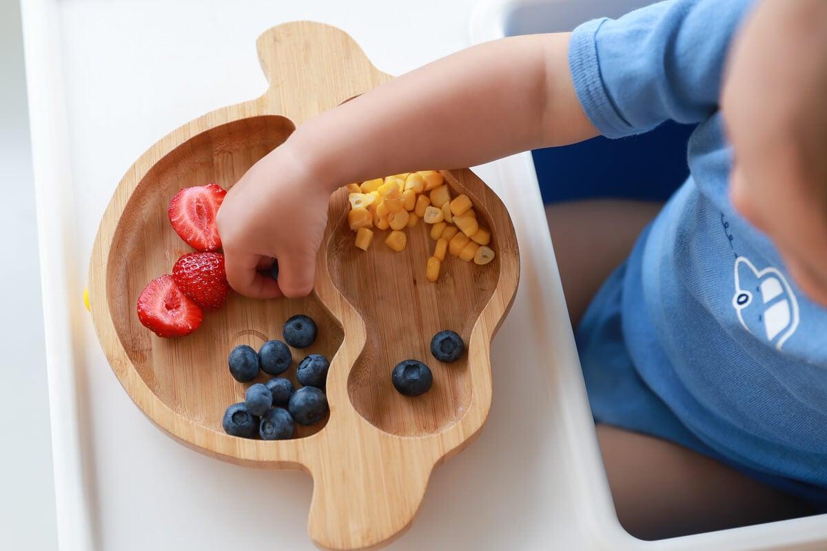 Bebé eligiendo su comida