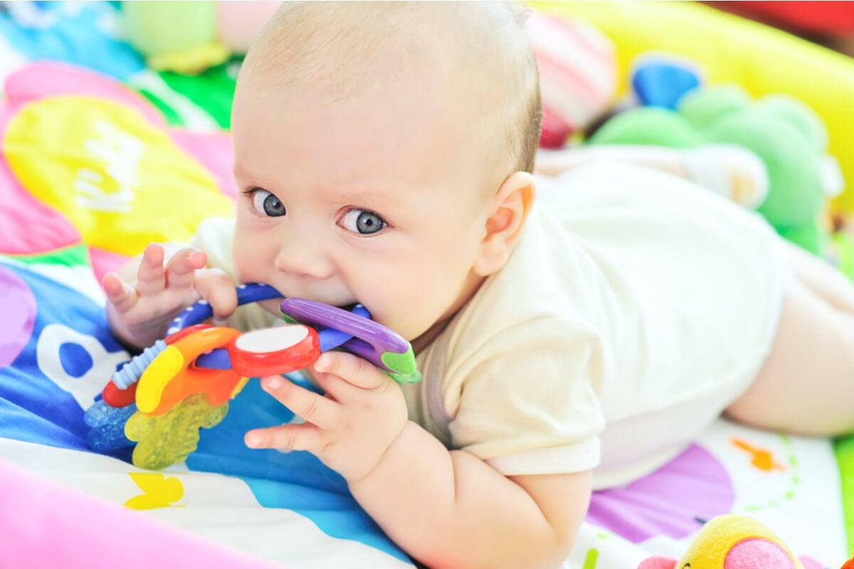 Bebé con juguetes de colores