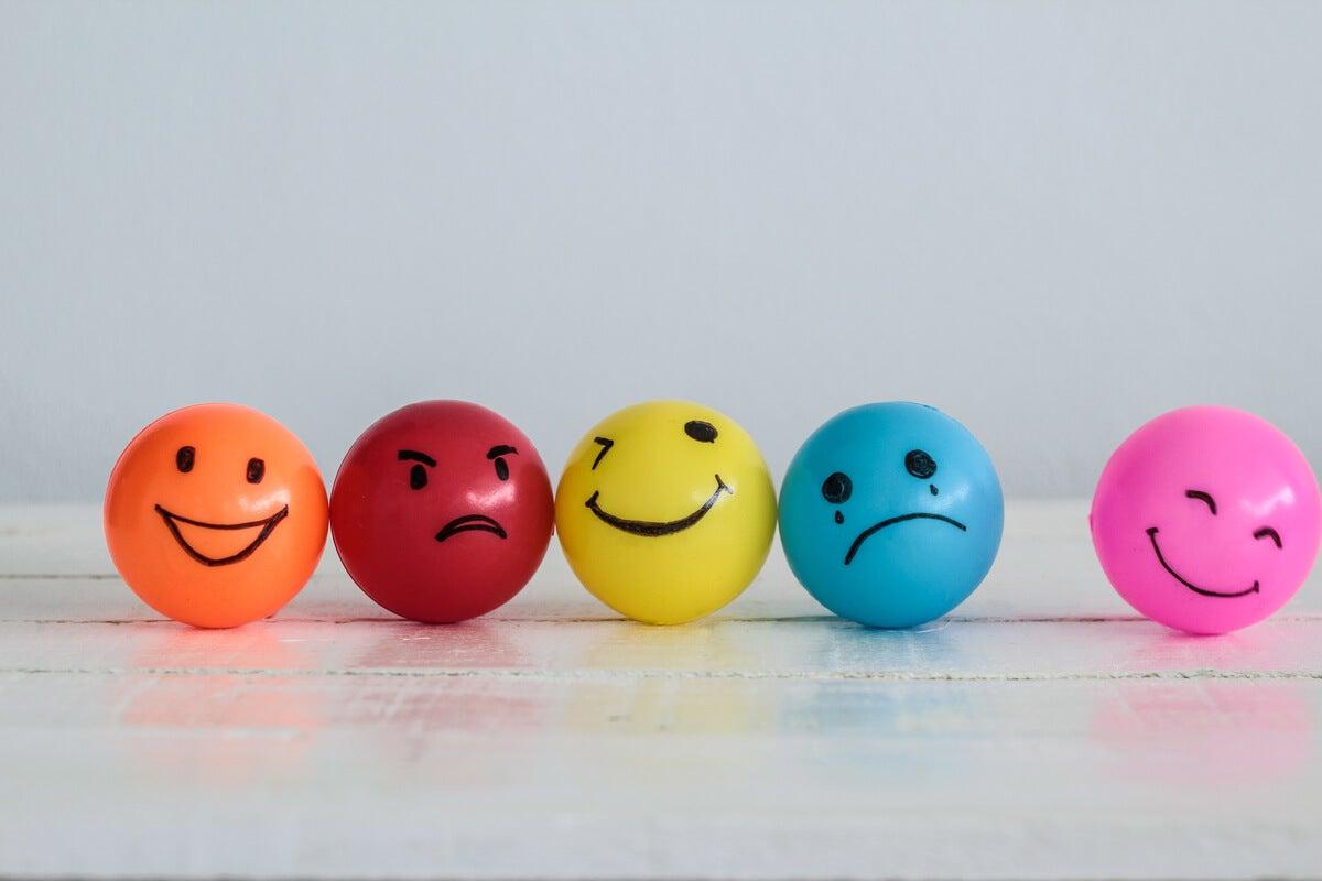 Bolas con caras de emociones