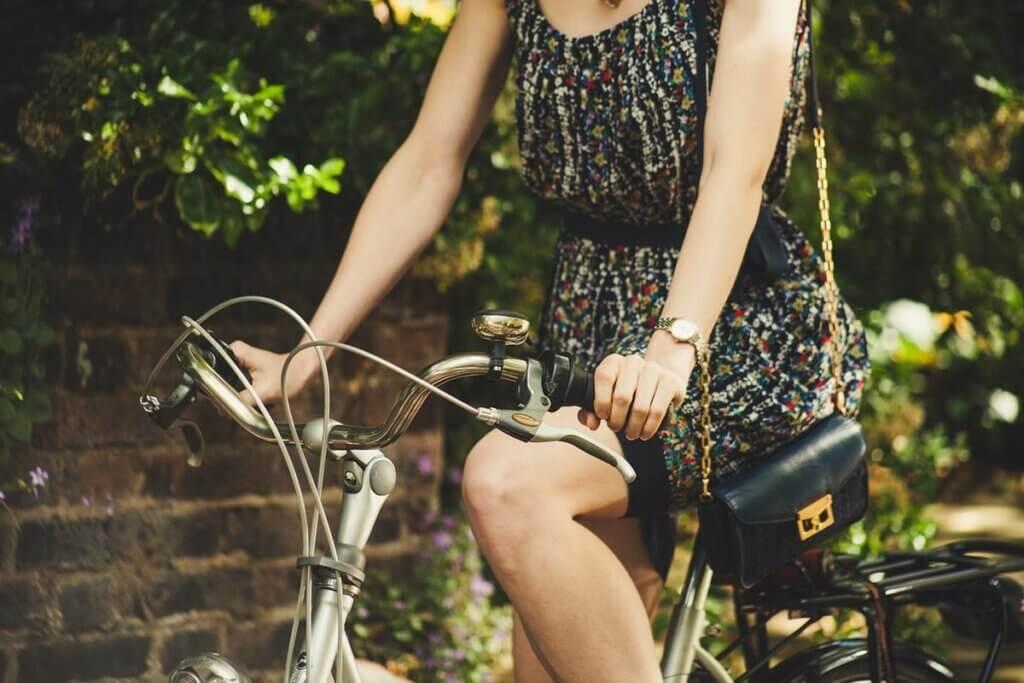 Chica en bici para representar a las personas frugales