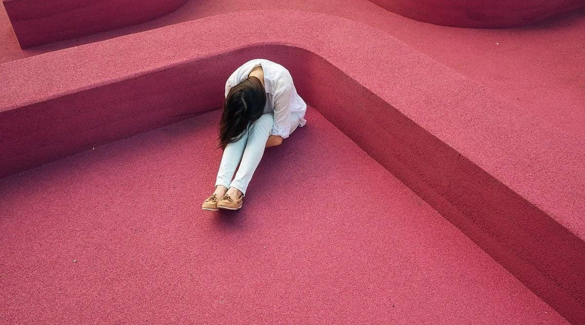 Chica pensando en la teoría bifactorial de Mowrer