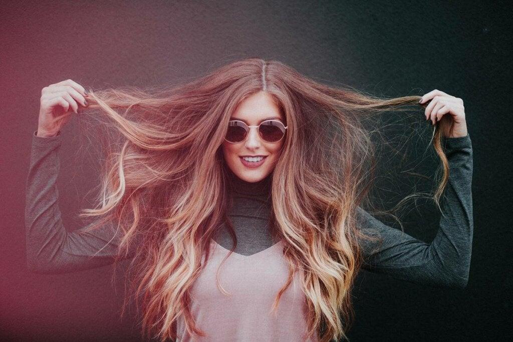 Mujer alegre con gafas de sol