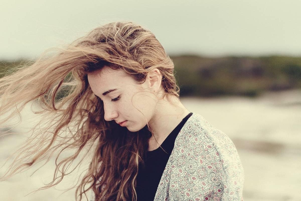 Chica con inseguridad y baja autoestima