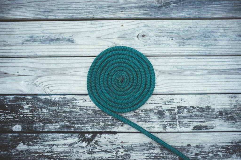 Cuerda enrollada representando la regulación emocional extrínseca