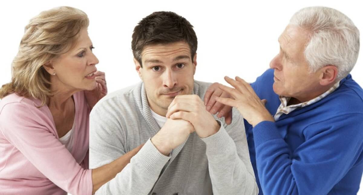 Padres controlando a su hijo
